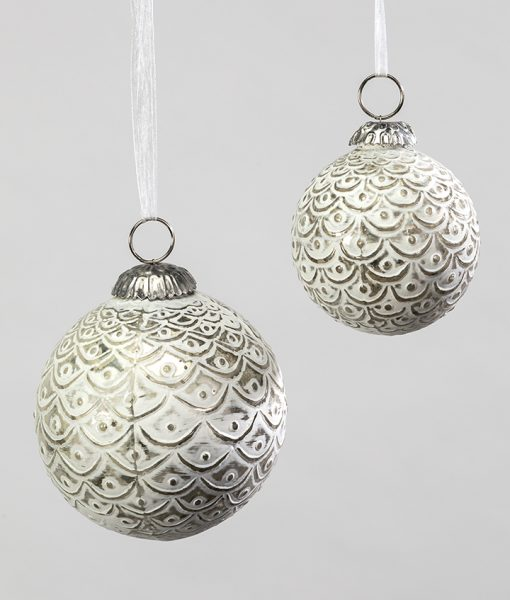 Christmas decorations white/silver with is scallop design is very elegant.