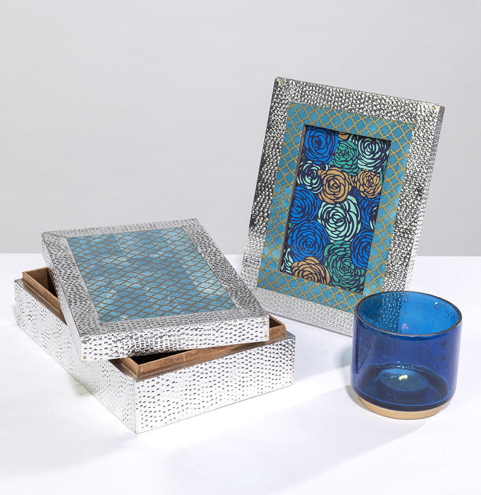 This photo frame in silver and blue combination is both smart and elegant.