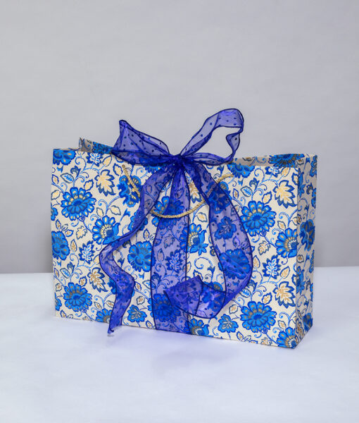Gift bag beige/blue gorgeous floral is a colourful, fresh and crisp design.